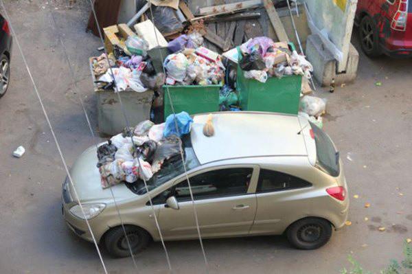 Carro lleno de basura por estacionarse en un lugar prohibido