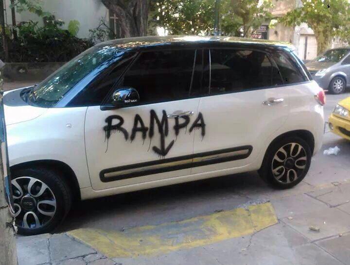 Carro con un graffiti por estacionarse en un mal lugar