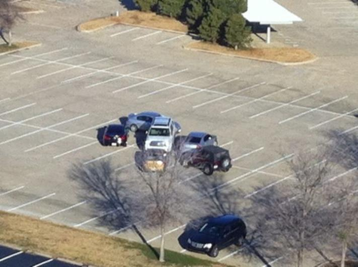 Carros rodeando a una camioneta mal estacionada