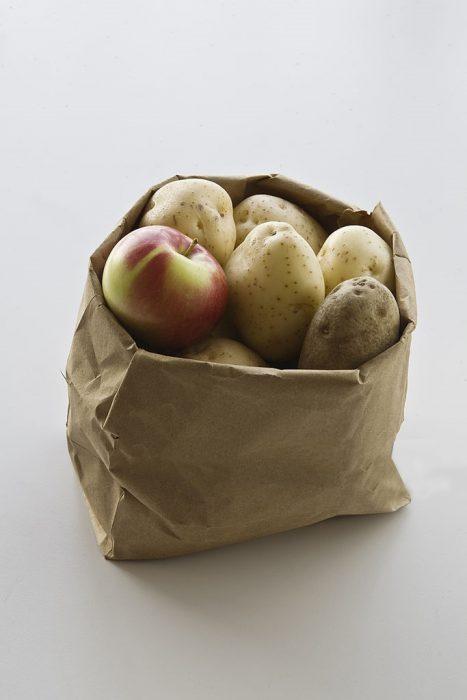 Manzana dentro de una bolsa de patatas para conservarla