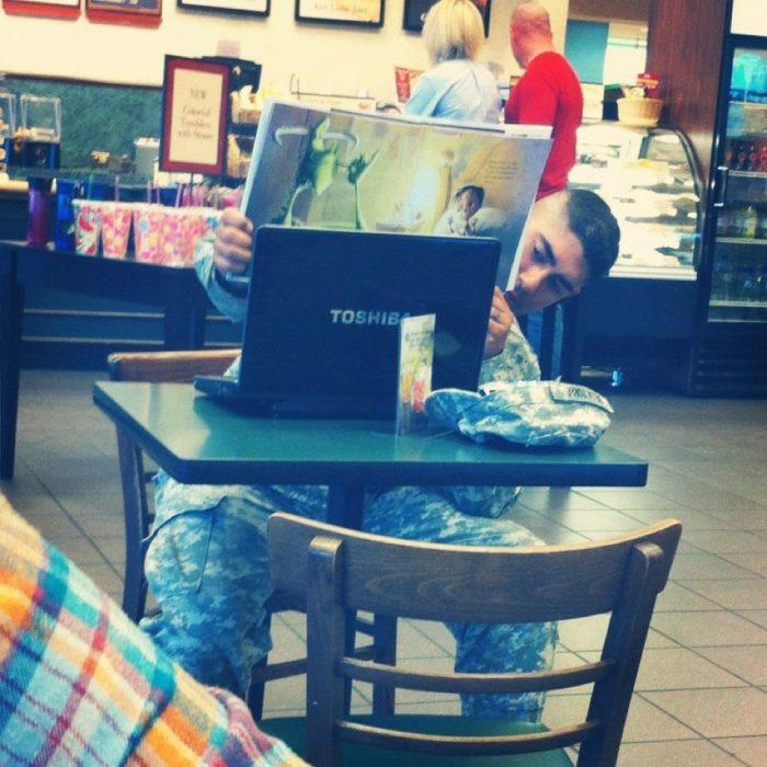 Papá leyéndole a su hijo un cuento vía skype