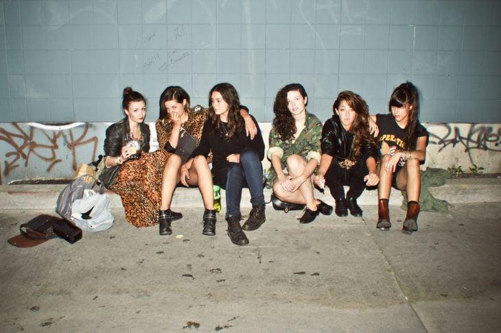 Grupo de amigas sentadas en el suelo