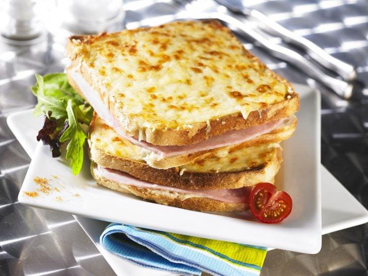Sandwich con jamón y queso.