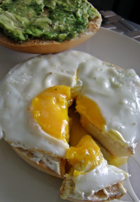 Bagel con huevo y aguacate.