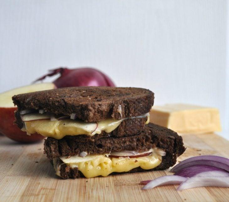 Sandwich con manzana y cebolla.