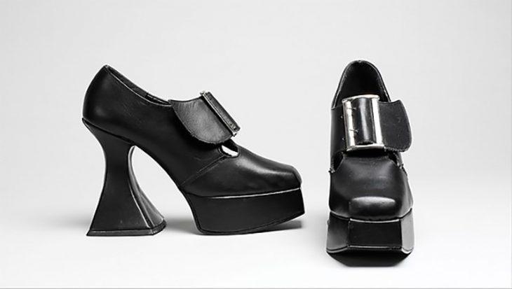 zapatos de plataforma color negro de tacon curveado