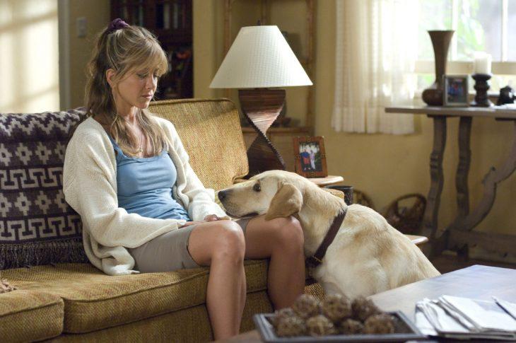 Escena de la película marley y yo. Perro sentado mirando fijamente a una chica
