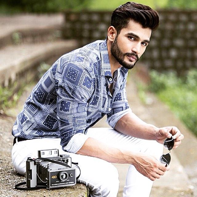 Rohit Khandelwal Mr. World posando para una sesión de fotografías