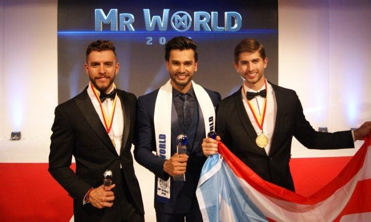 Rohit Khandelwal nuevo Mr. World junto a los otros dos finalistas del concurso de belleza masculina