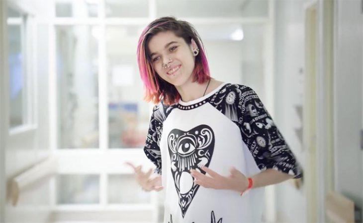 chica con cabello pintado en bata de hospital de diseño