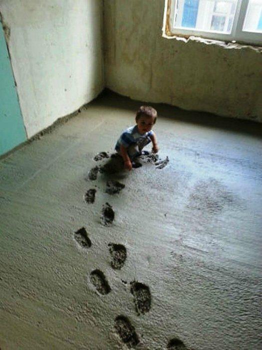 Niño arruinando una construcción cuando gateaba