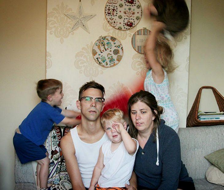 Niños arruinando la foto familiar