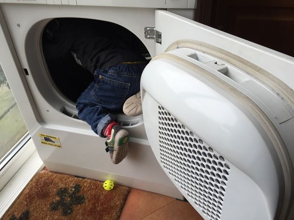 Niño dentro de una lavadora