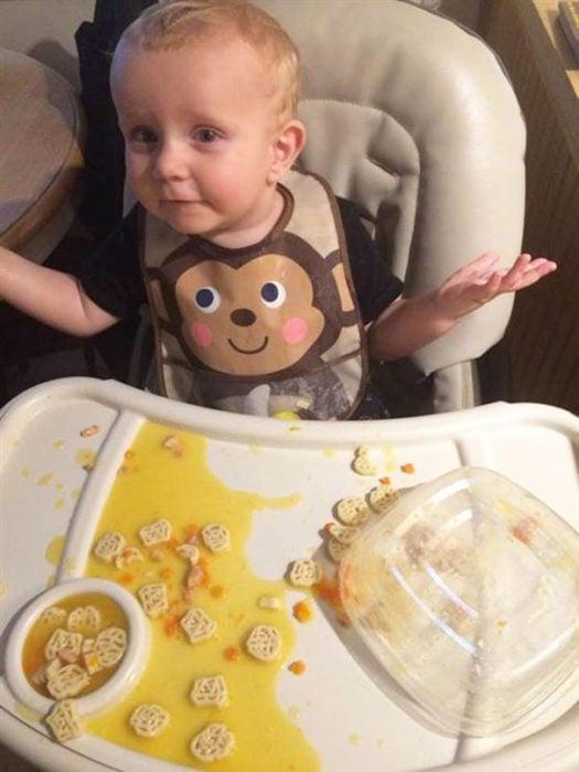 Niño con la comida derramada en su periquera