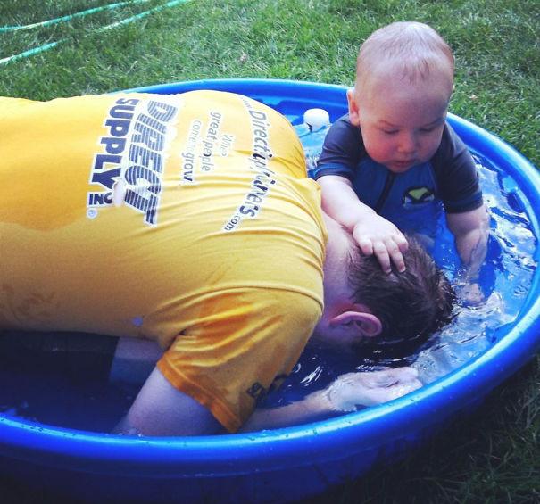 Niño ahogando a su padre en una alberca