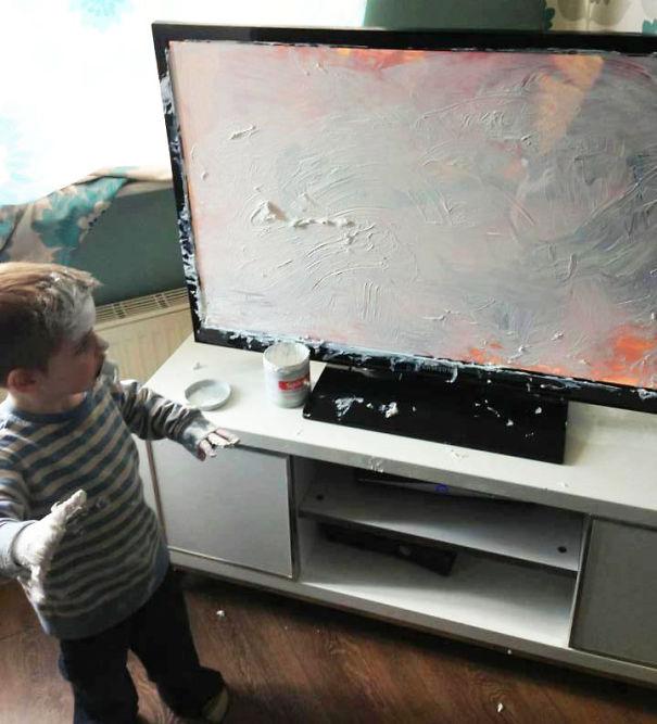 Niño llenando la televisión de pintura