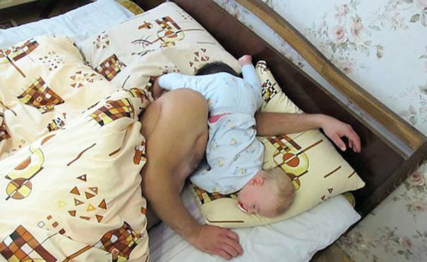 bebé durmiendo sobre su papá