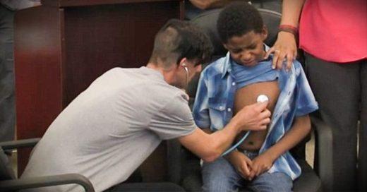 El emotivo momento en el que un padre escucha en otro niño el corazón que su hija donó
