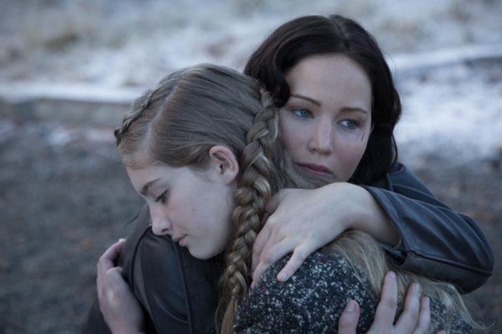 Escena de la película los juegos del hambre. Katniss abrazando a su hermana