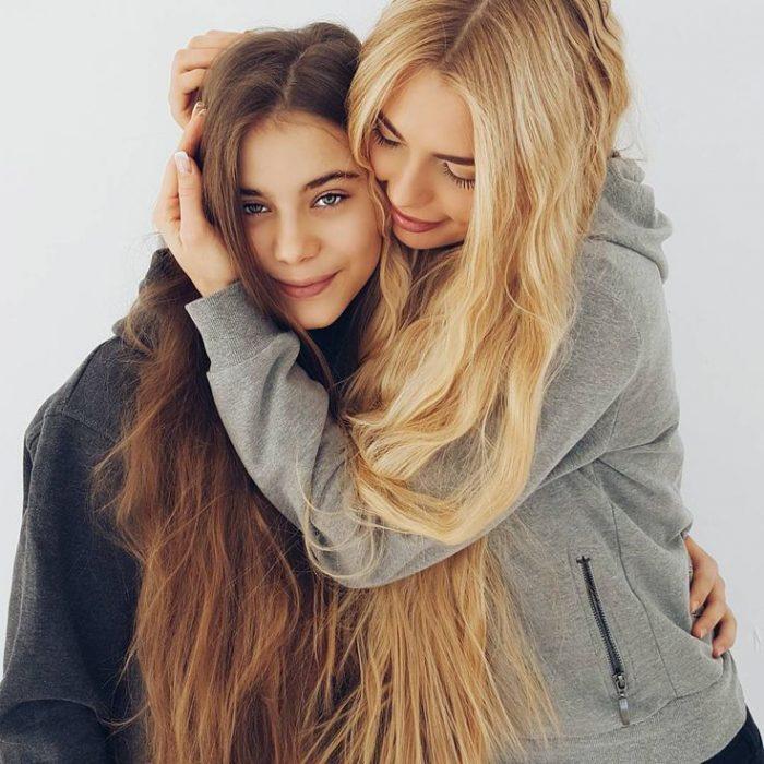 Chica abrazando a otra