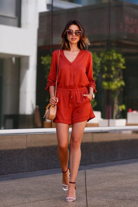 Chica usando un romper en color rojo con mangas