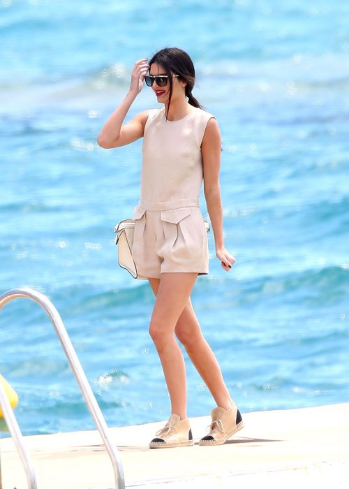 Kendall Jenner usando un romper liso en color beige
