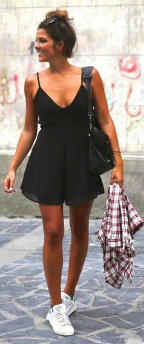 Chica usando un Romper en color negro mientras camina por la calle