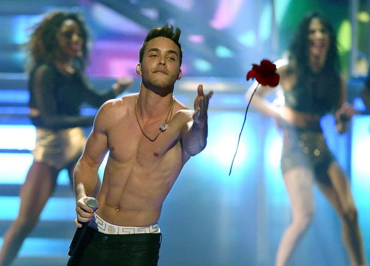 hombre sexy sin playera en escenario