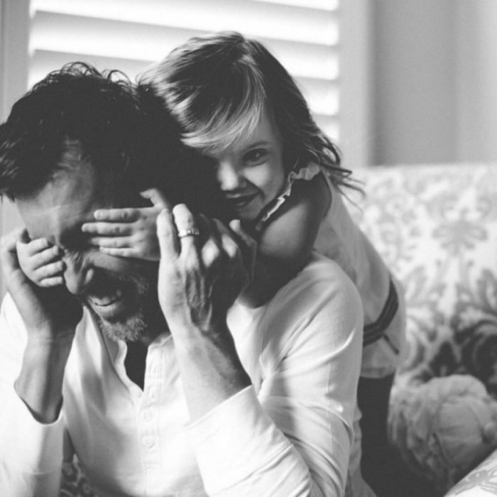 Foto en blanco y negro niña abrazando a su papá