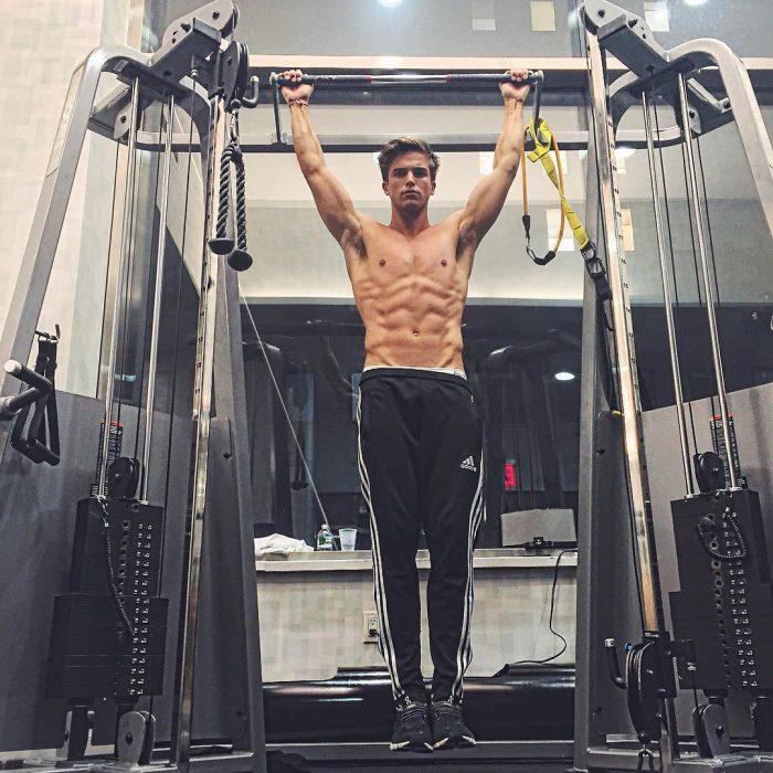 Chico guapo en el gym