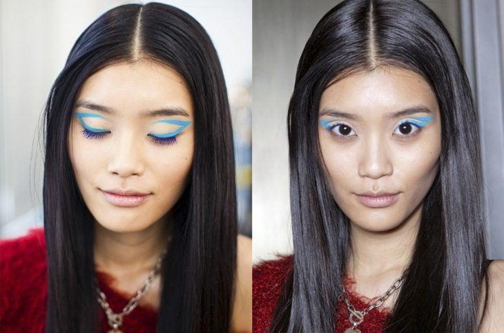 Chica con un delineado de ojos en color azul