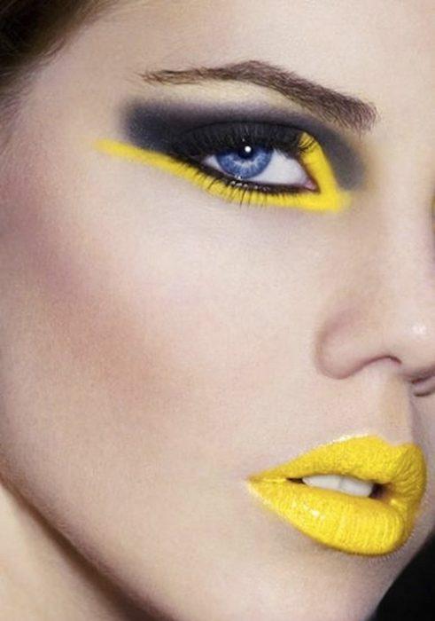 Chica con un maquillaje color amarillo en los lagrimales y gris en el parpado