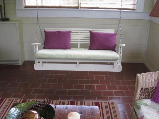 Sofá columpio creado con palets pintadas de color blanco