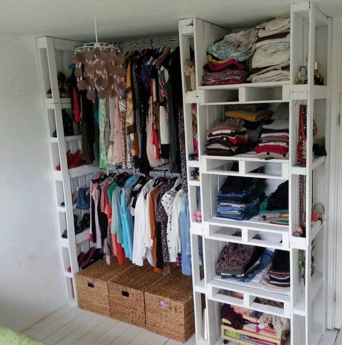 Closet para organizar la ropa creado con palets y pintados de color blanco