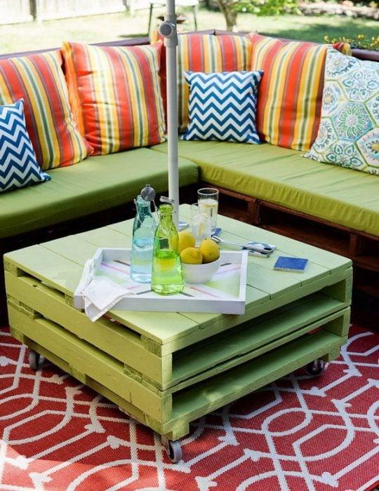 Mesa de centro creada con palets y pintada en color verde