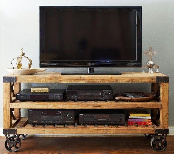 20 ingeniosas maneras de reutilizar los viejos palets for Muebles para tv con tarimas