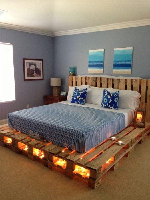 Base y cabecera de cama creada con palets
