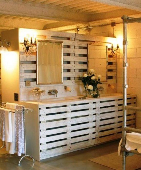 Cuarto de baño hecho con palets
