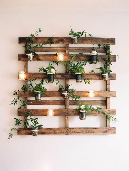 Pallets usado para colgar plantas y velas