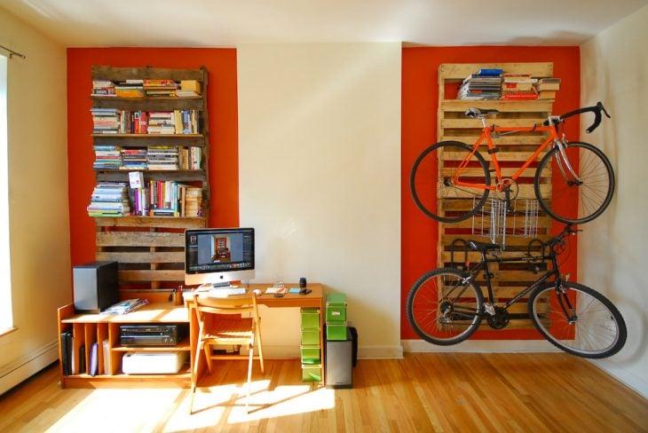Organizador de libros y bicicletas creada con palets