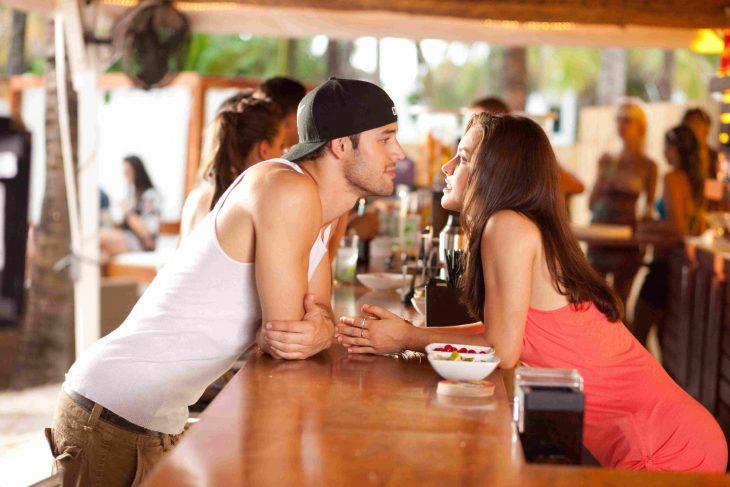 Escena de la película step up, pareja conversando en un bar