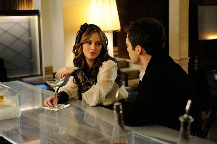 Escena de la serie gossip girls. Blair y Chuck conversando en la barra de un bar