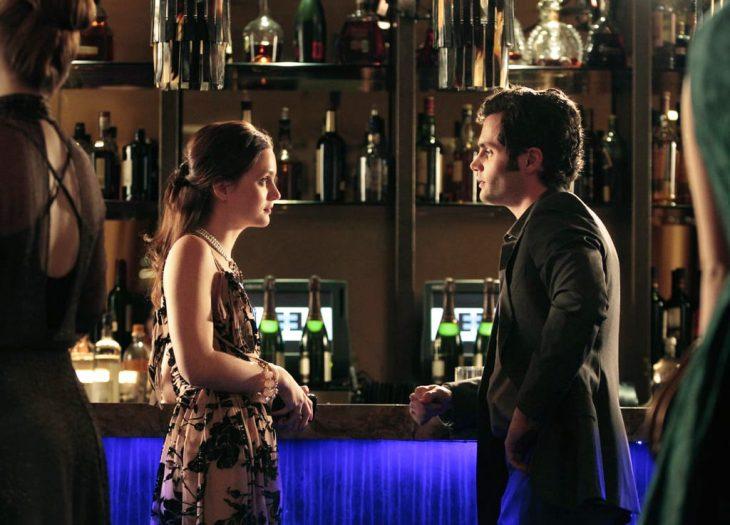 Escena de la serie gossip girls. Blair y dan conversando en la barra de un bar