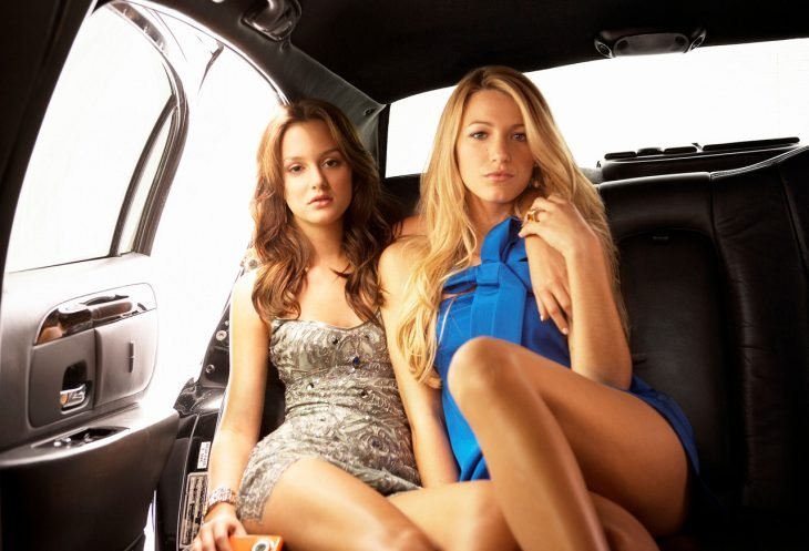mujer de cabello castaño y mujer rubia en el coche