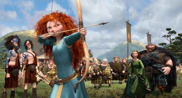 mujer de cabello rizado y pelirrojo con arco y flecha