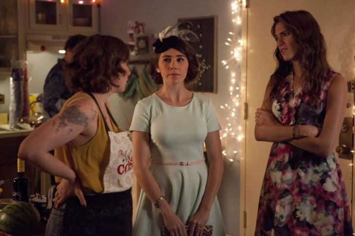 tres mujeres en habitación con luces atrás