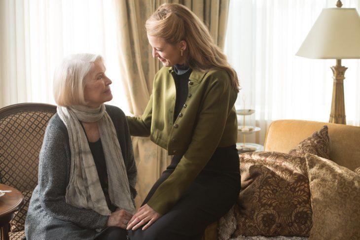 mujer anciana sentada y chica le sonríe