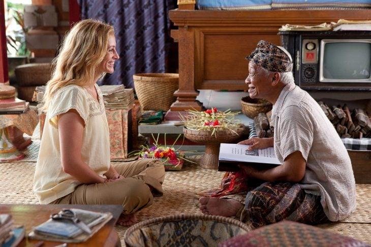 mujer rubia sentada frente a señora mientras sonríen