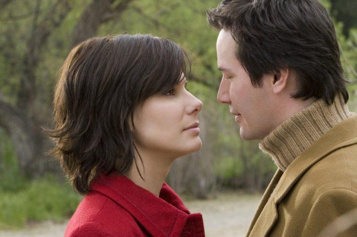 mujer cabello corto en frente de hombre mirando seriamente