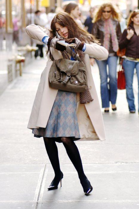 mujere con medias, bolsa y hablando por telefono